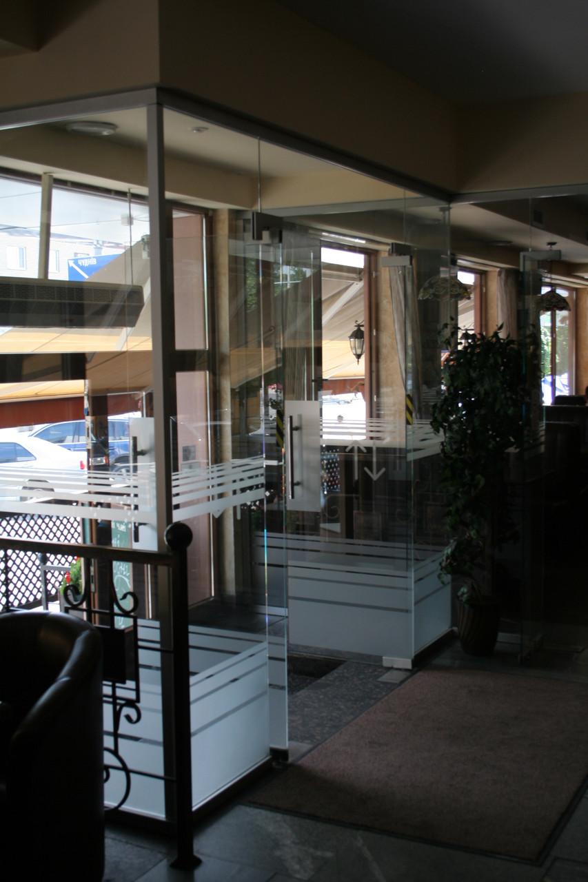 Двери, перегородки, цельностеклянные конструкции из стекла