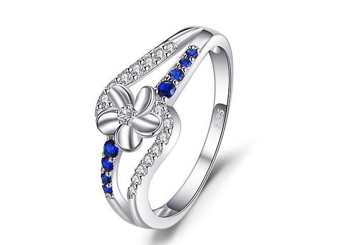 Серебряное кольцо, Цветок, 925 проба, камень сапфиром нано и фионитами, размер 18