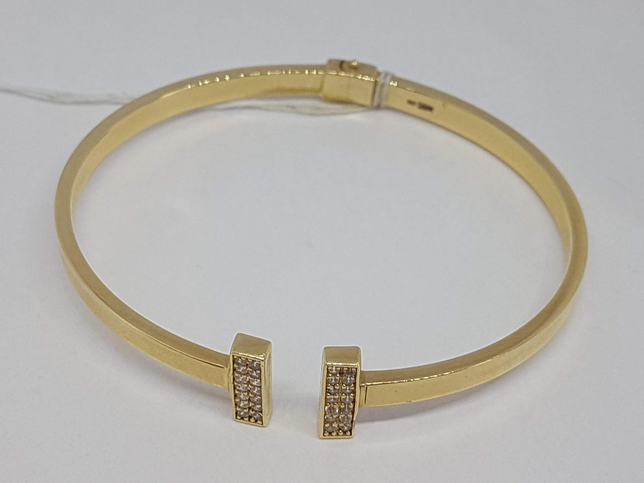 Золотой жесткий браслет с фианитами. Артикул 322846Ж