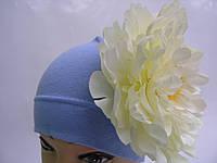 Шапочка голубая с белым пионом 18 см