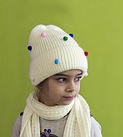Зимняя шапка для девочки с помпонами Шарики, молоко (ОГ 52-56)