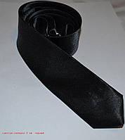 Узкий черный галстук-селедка.
