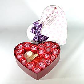 Подарочный набор в форме сердца с розами из мыла и плюшевым медведем красный
