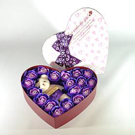 Подарунковий набір у формі серця з трояндами з мила і плюшевим ведмедем фіолетовий