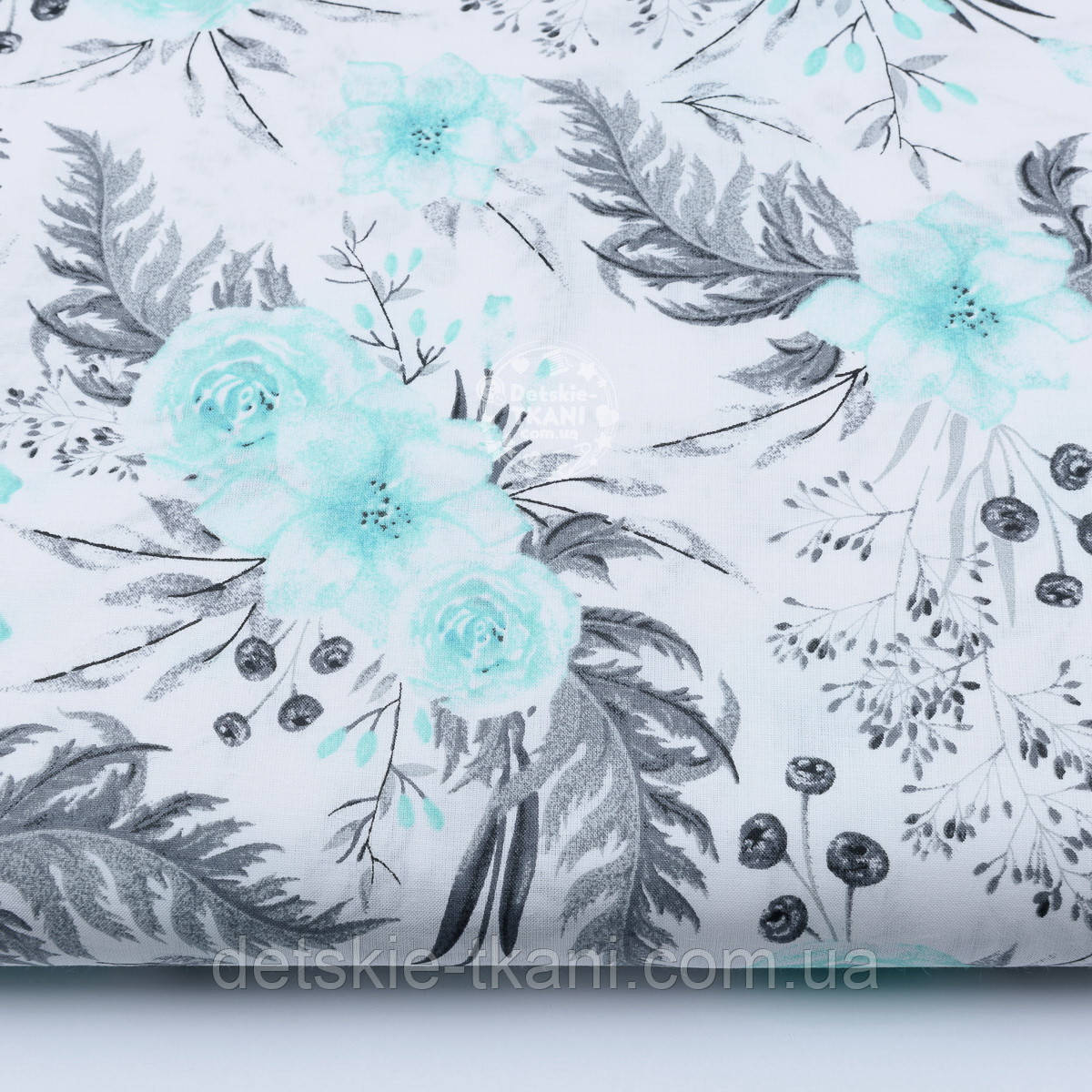 """Хлопковая ткань """"Мятные розочки и анемоны с вычурными серыми листьями"""" на белом (№1863а)"""