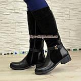 Сапоги комбинированные зимние на маленьком каблуке, декорированы ремешком, фото 2
