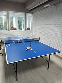 Теннисный стол GSI-Sport Gk-2 собран в светлом помещении, в котором достаточно места для активной игры.