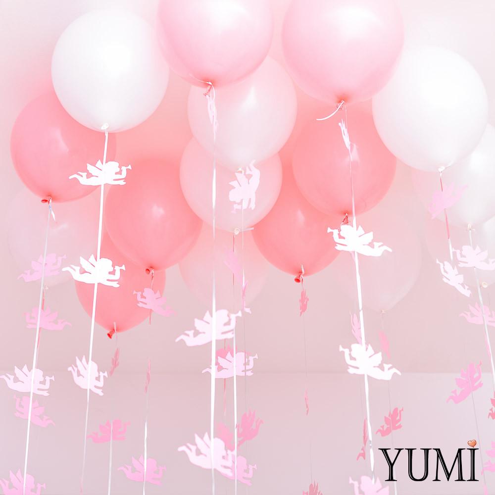 Комозиция под потолок из 8 пудровых и 7 белых шаров. Декор: гирлянды розовые ангелочки