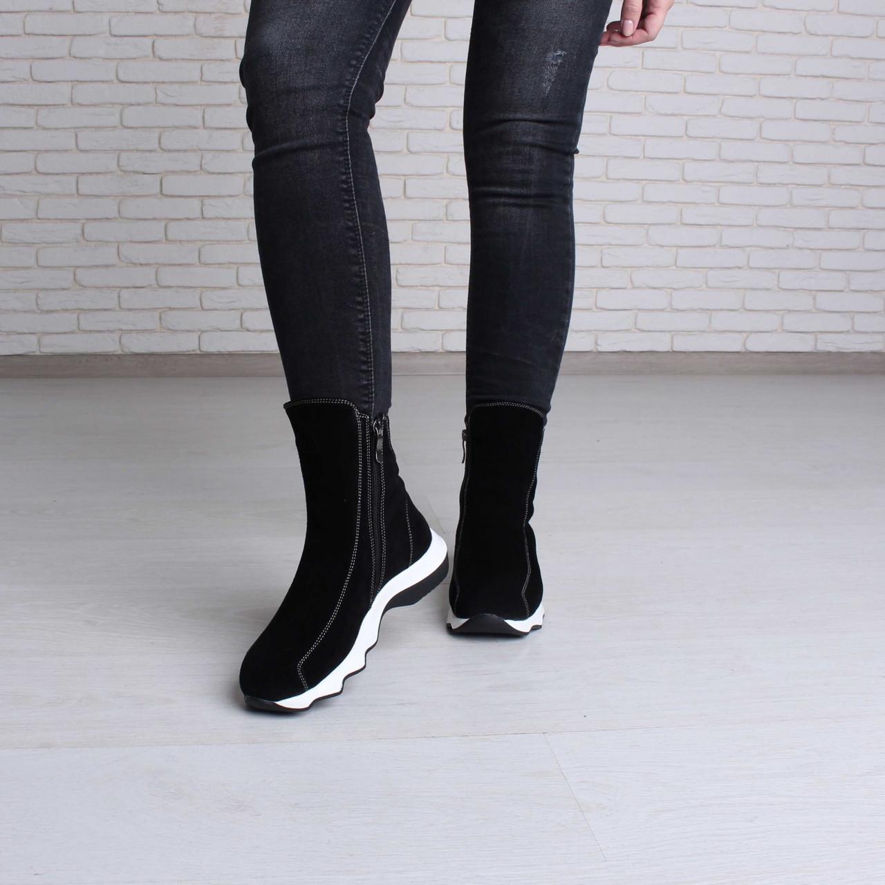 Зимние спортивные женские ботинки на белой подошве