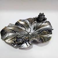 Керамічна попільничка у вигляді жаби сидить на лотосі. Лотос. Попільничка. Жаба на лотосі