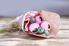 Очаровательный букет из конфет и искусственных цветов Ранункулюсы  - неувядаемый оригинальный букет