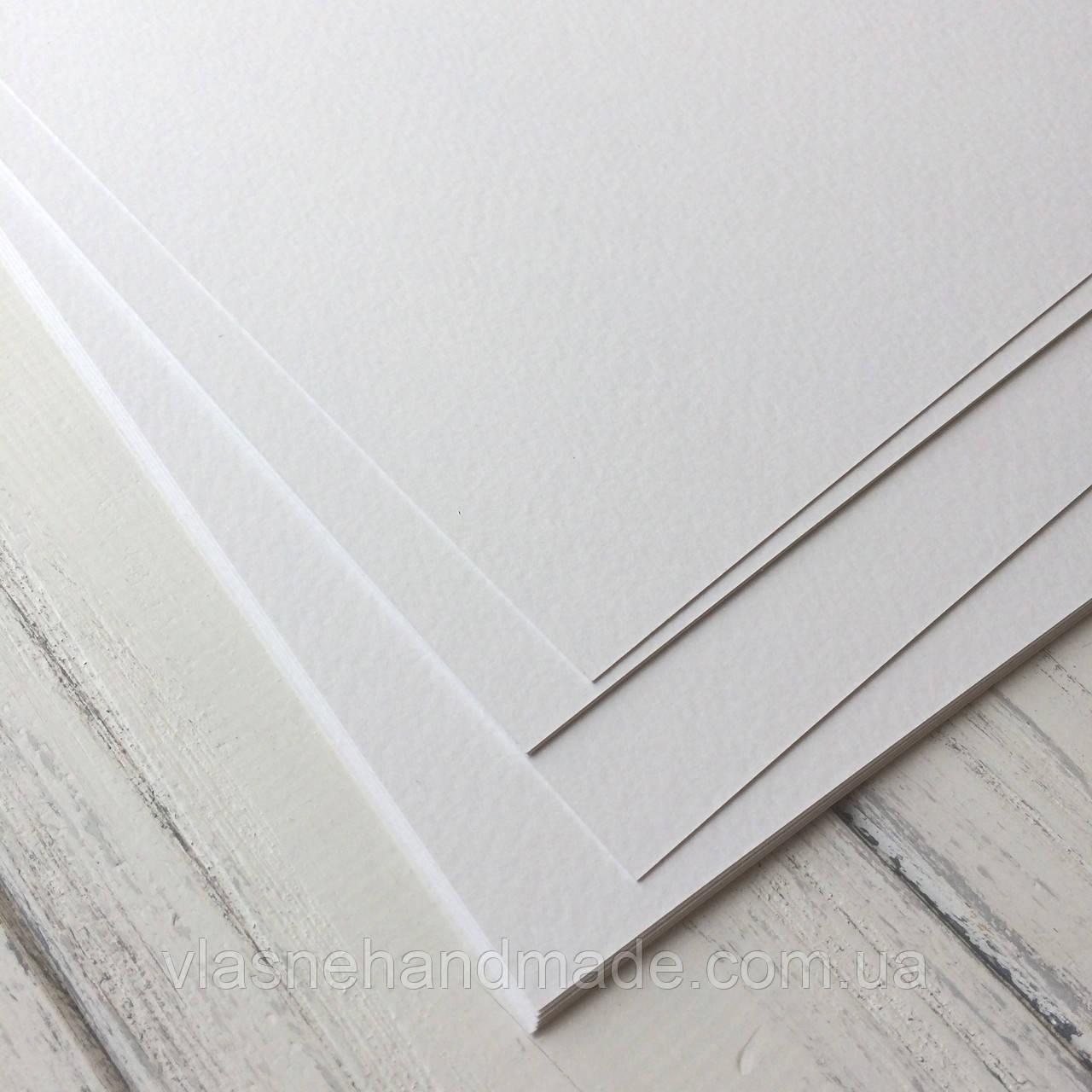 Картон дизайнерський - білий - з легкою фактурою - 31,5х30 см - 250 г./м.кв
