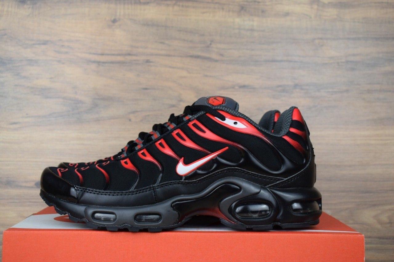 Женские демисезонные кроссовки Nike TN Plus черные с красным топ реплика