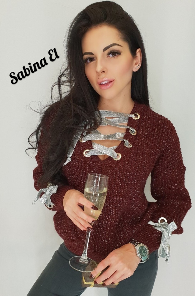 свитер с люверсами