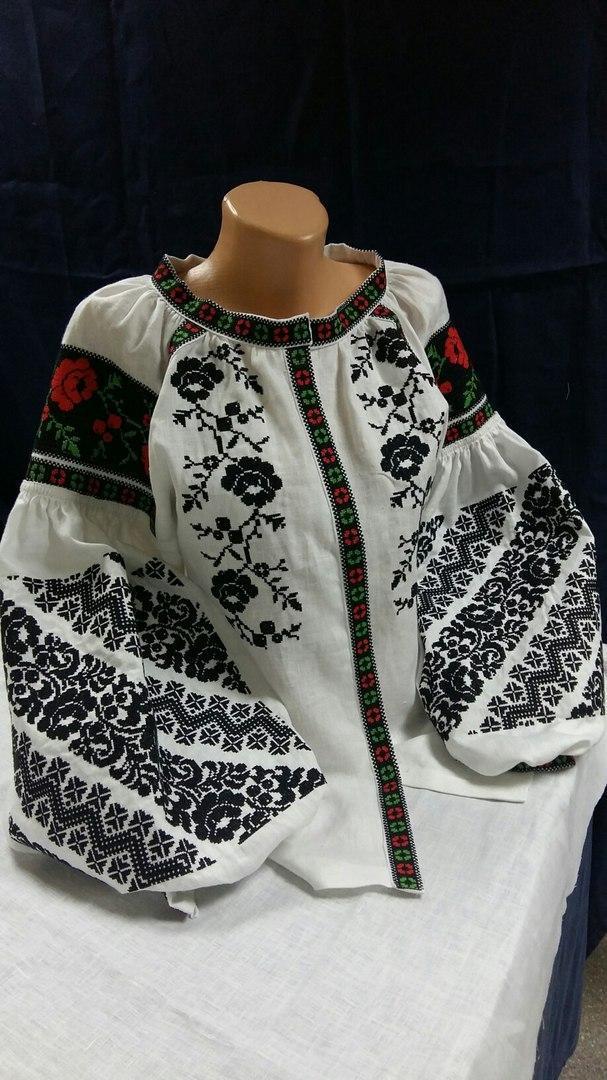 Жіноча блуза з вишивкою