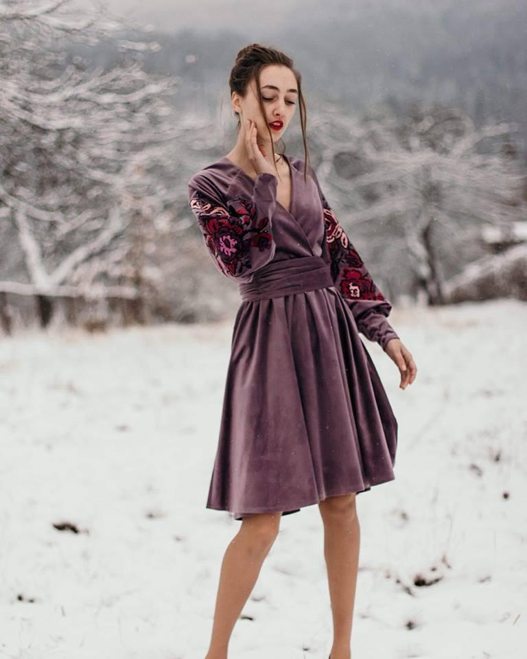 Оксамитове плаття з вишивкою
