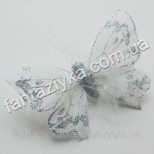 Бабочка с пухом 8см, серебряная на прищепке