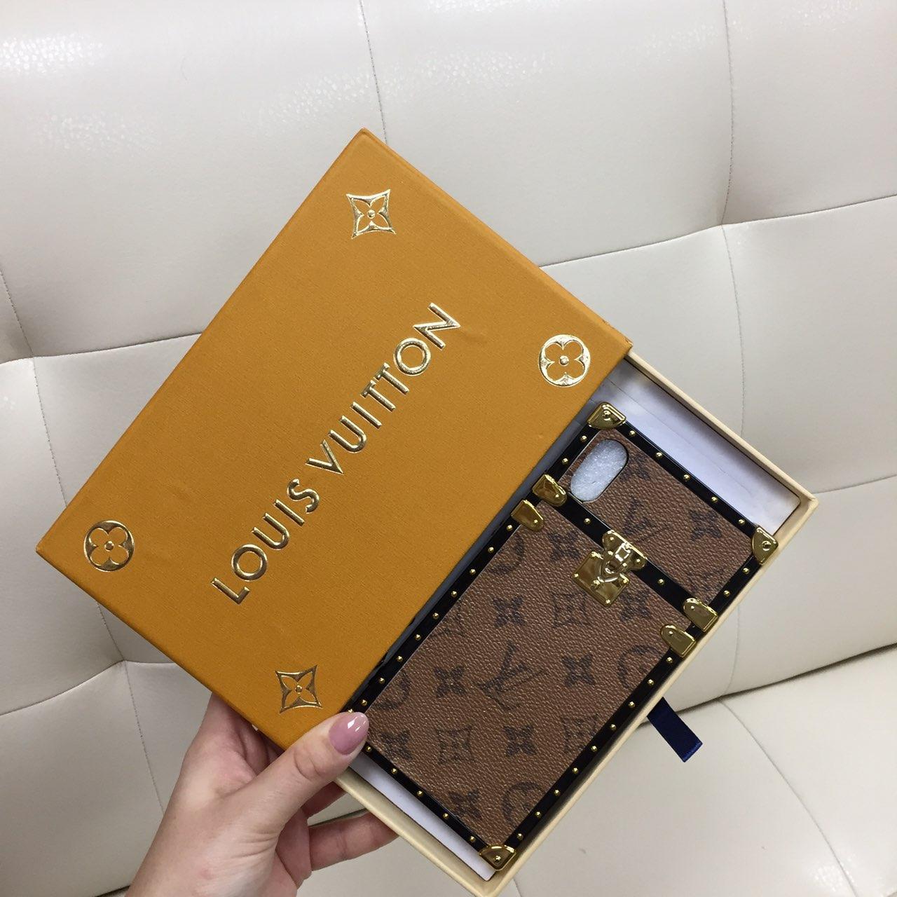 Чехол для iPhone XR Louis Vuitton бампер силикон кожа светло коричневая классика с буквами