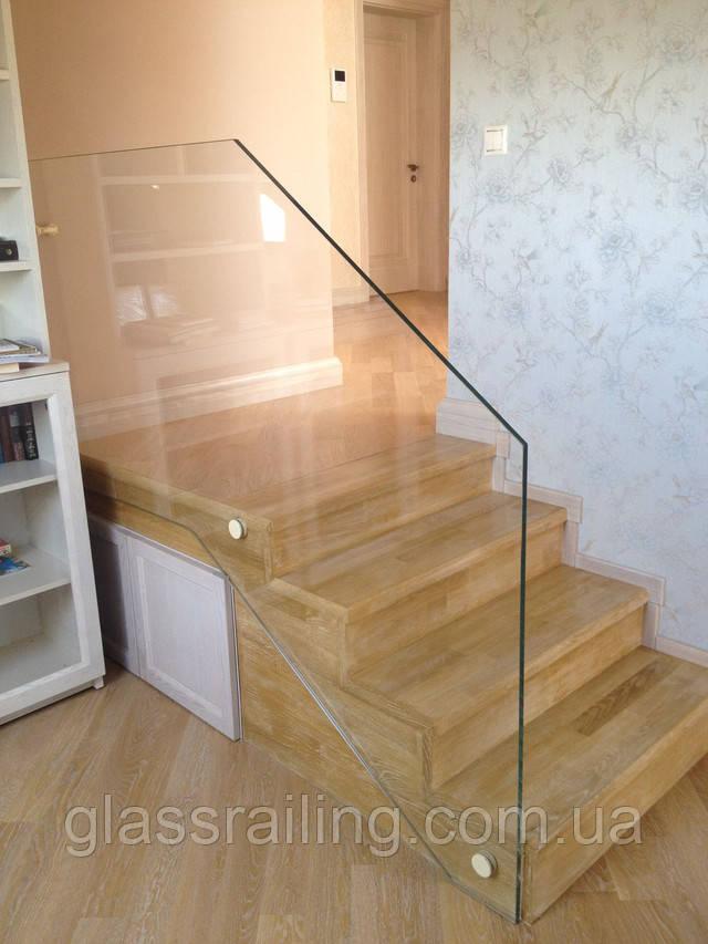 Стеклянное ограждение бетонной лестницы