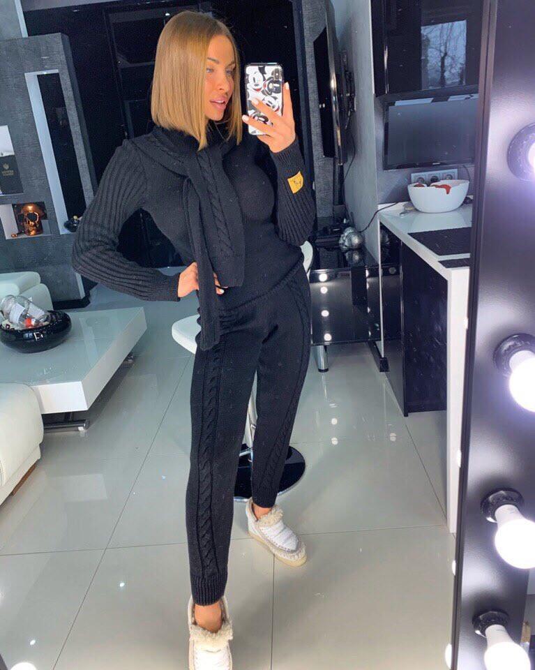 Модный черный вязаный костюм