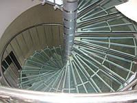 Лестница винтовая со стеклянными ступенями