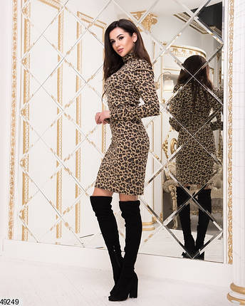 Стильное платье приталенное под горло с длинным рукавом леопард песочного цвета, фото 2