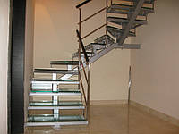 Лестница на центральном косоуре со стеклянными ступенями