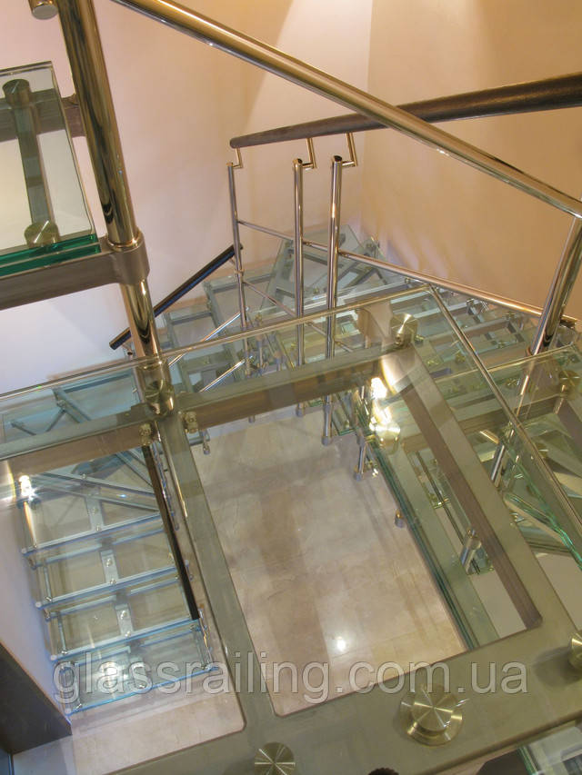 Стальная лестница со стеклянными ступенями