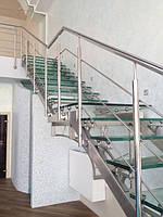 Лестница из нержавеющей стали со стеклянными ступенями. Ступени - триплекс из двух закаленных стекол. Косоуры из матовой нержавеющей трубы прямоугольного сечения.