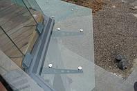 Стеклянный козырек на стальных кронштейнах. Покраска стальных кронштейнов - порошковая покраска. Стекло - триплекс из двух закаленных стекол.
