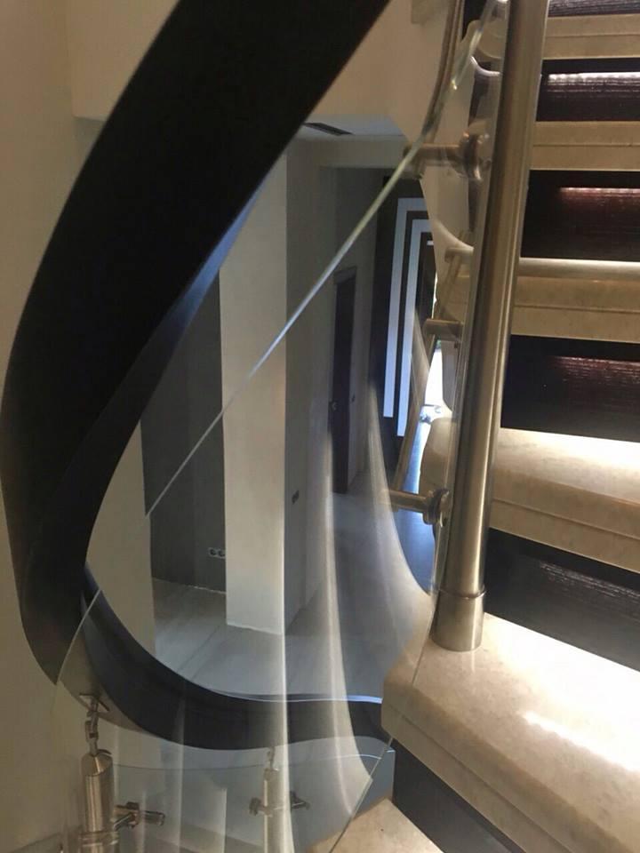 Перила нержавеющие на винтовую лестницу с деревянным поручнем