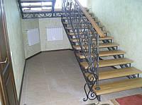 Классическая лестница 22 с коваными перилами