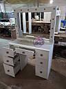Широкий стол для макияжа, гримерный стол с большим зеркалом в раме и полочкой, фото 3