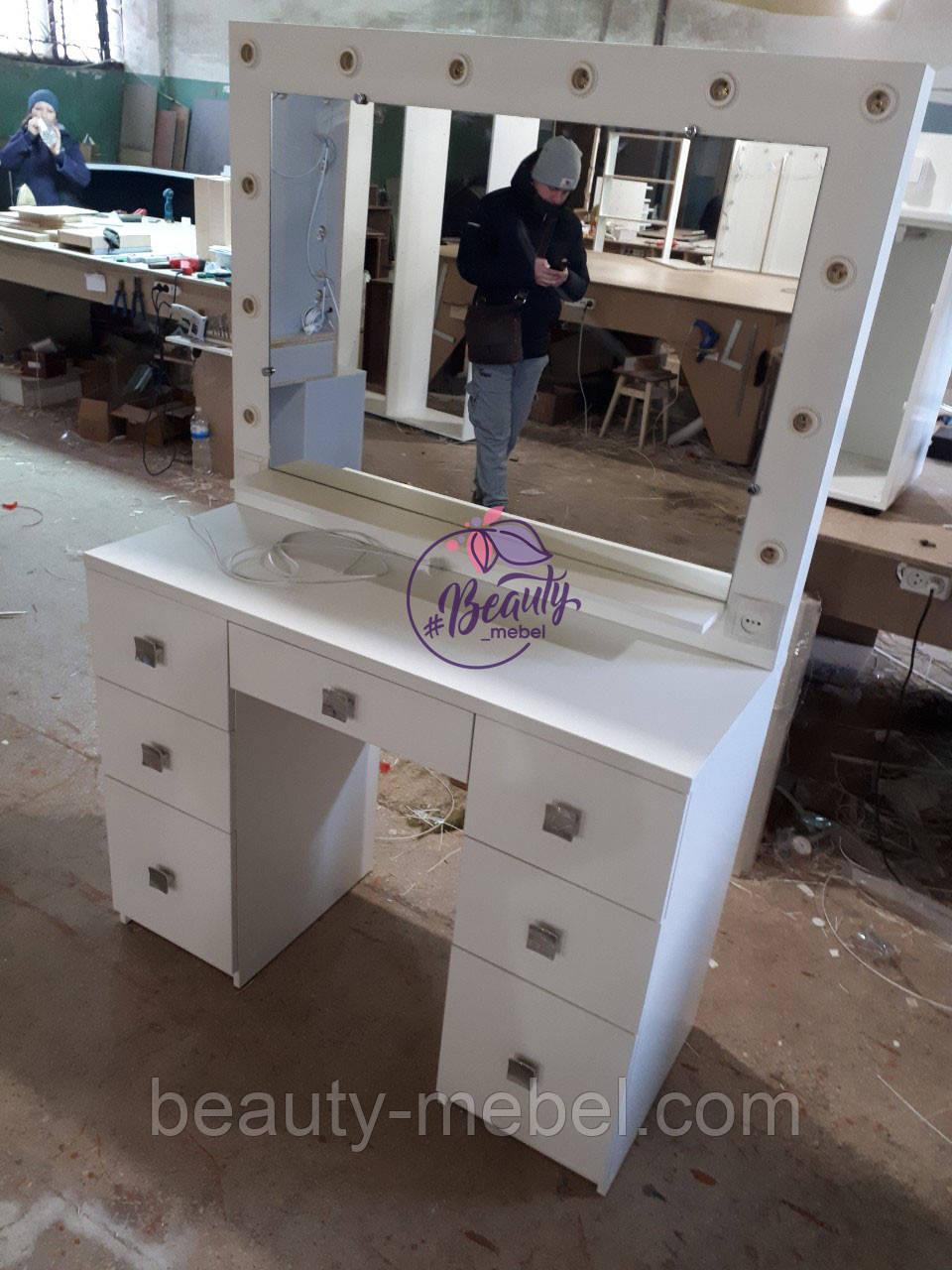 Широкий стол для макияжа, гримерный стол с большим зеркалом в раме и полочкой