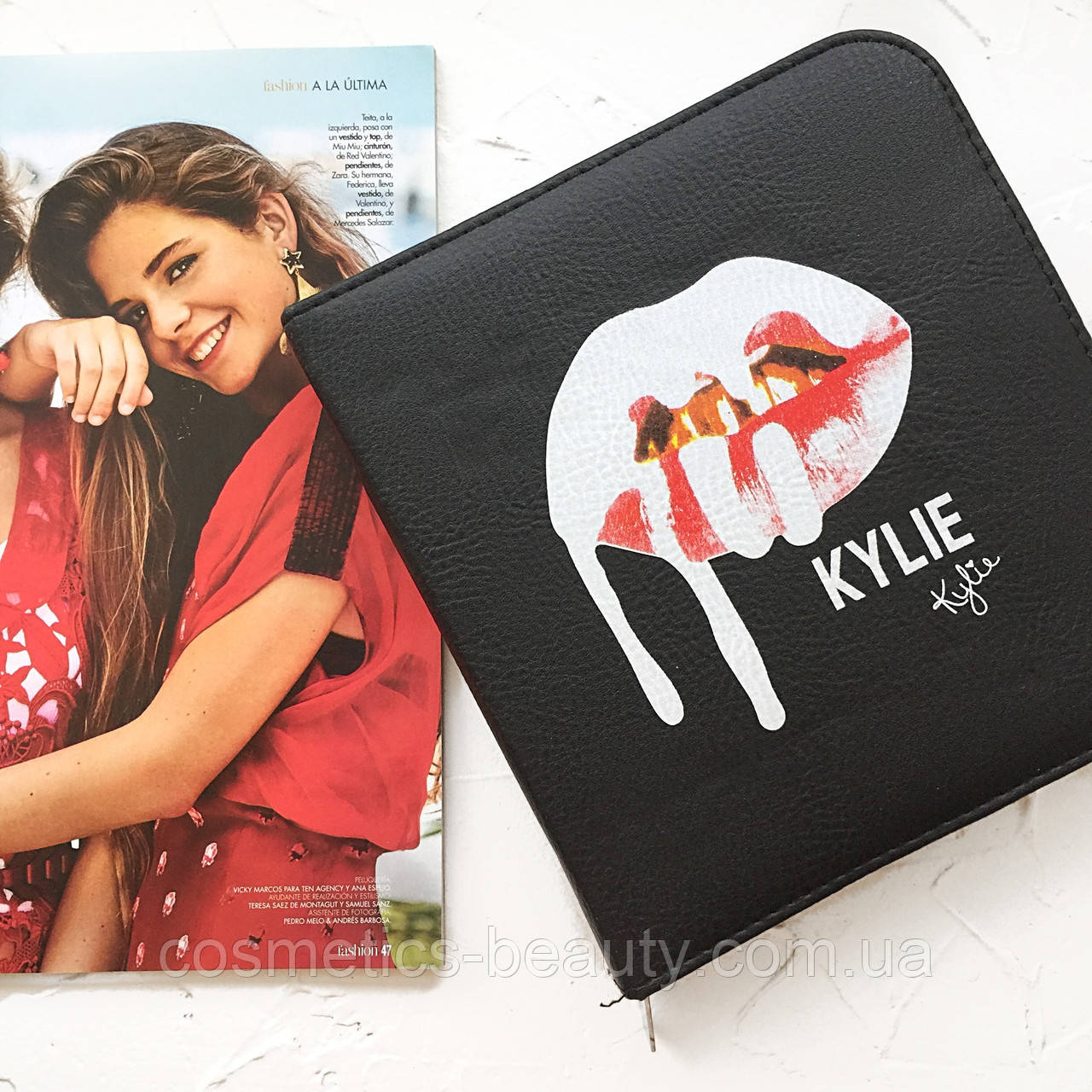 Кисти для макияжа в кейсе Kylie.