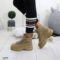 Женские демисезонные ботинки на массивной платформе и шнуровке бежевые