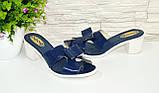 Лаковые женские шлепанцы синего цвета на устойчивом каблуке. 37 размер., фото 2