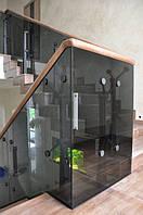 Лестница с деревянными ступенями и стеклянным ограждением