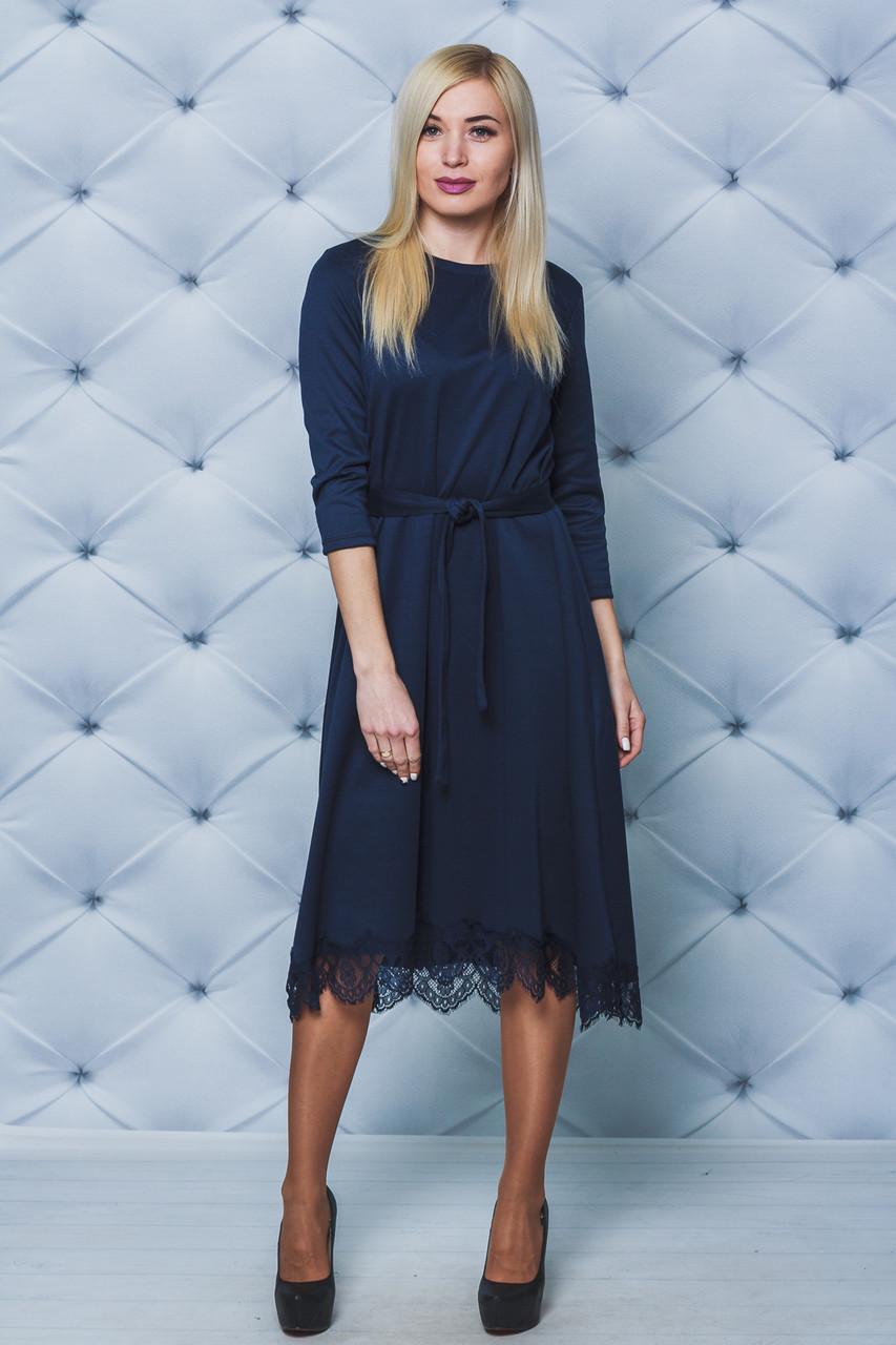 Платье свободного силуэта с кружевом темно-синее