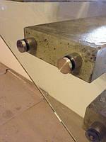 Стеклянное ограждение консольной бетонной лестницы