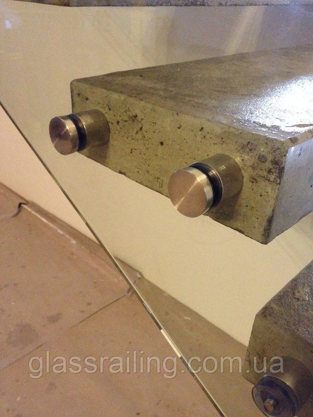 Steklyannoe ograjdenie betonnoi lestnici