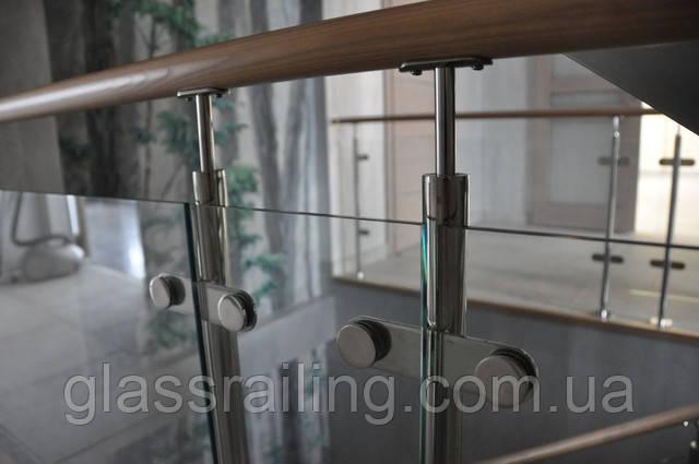 Nerjaveyuschee ograjdenie lestnici so steklom i derevyannim poruchnem
