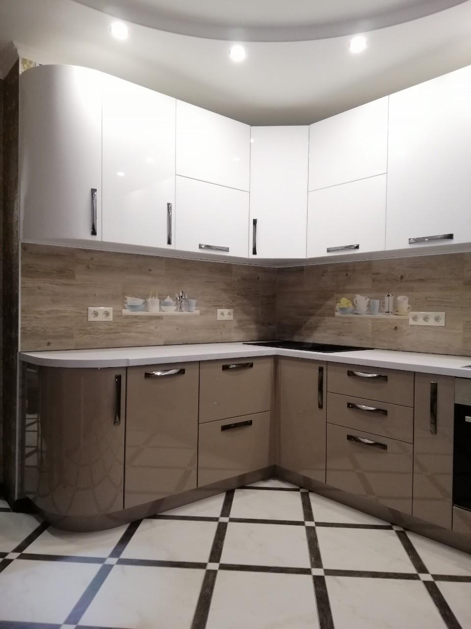 Кухня белая с радиусными фасадами в современном стиле