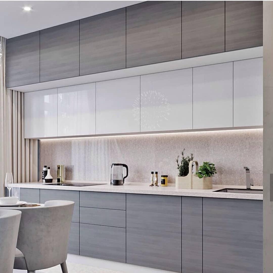 Кухня без ручек фасады шпон дерево серое, верх краска белая мдф