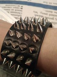 Шипованный браслет. Качественный