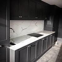 Черная кухня с белой столешницей мрамор, кварц. фасады мдф, дерево, фото 1