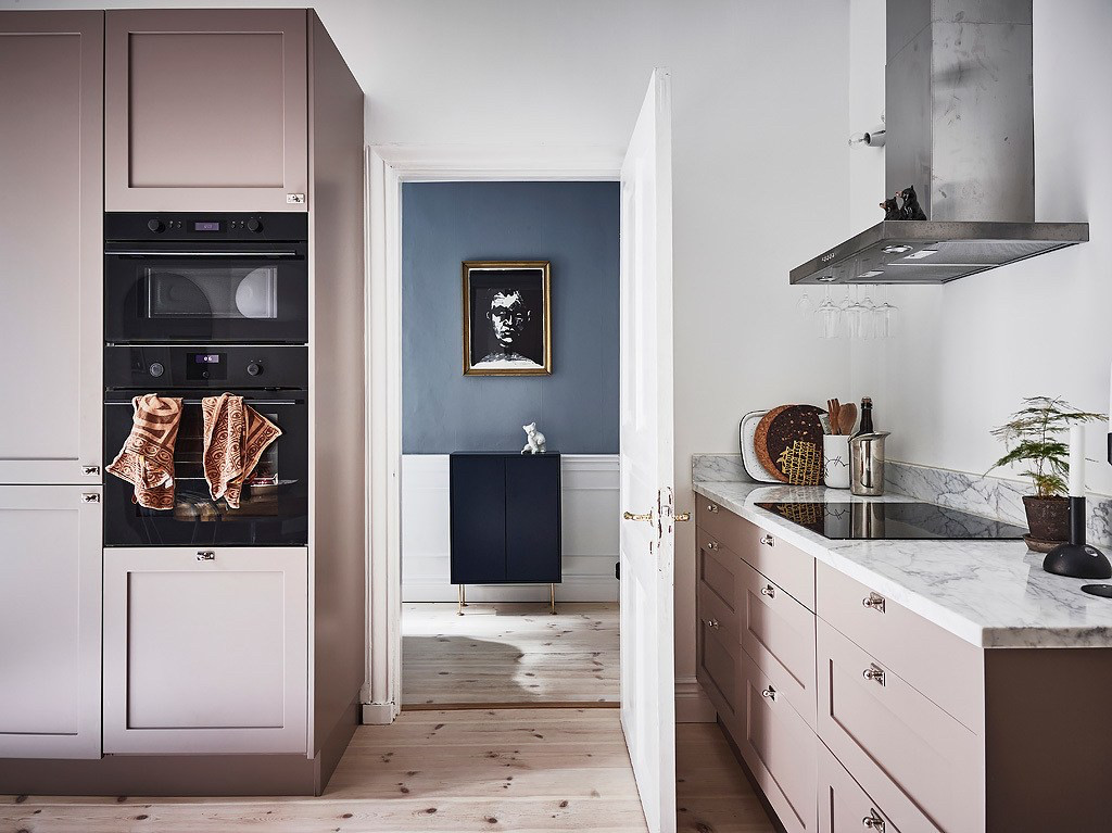 Кухня  с фасадами цвета медь ручки ракушки. фасады фрезеровка с матовой покраской
