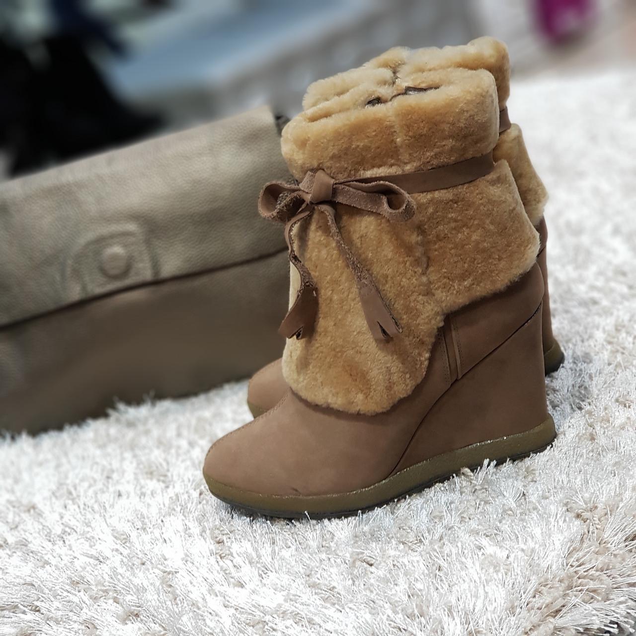 Ботинки женские зимние из натурального нубука и натурального меха на танкетке бежевые