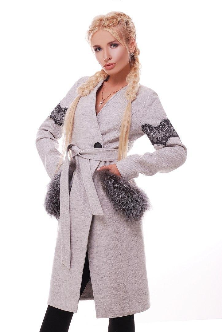 Женское демисезонное серое пальто с мехом на карманах 31pal13