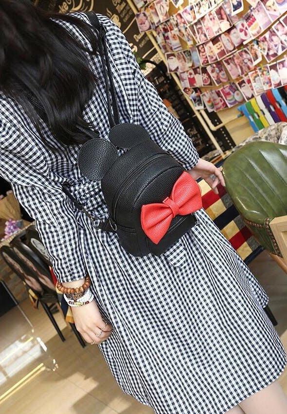 Женский рюкзак Микки с ушками на девушке